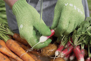 Scrub vegetables quickly with special scrubbing gloves